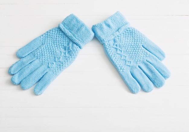 Синие перчатки на белом фоне деревянные