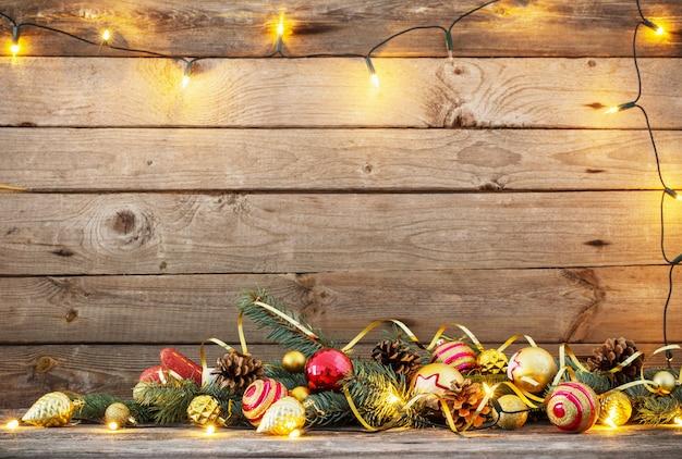 古い木製の背景上のクリスマスのおもちゃ