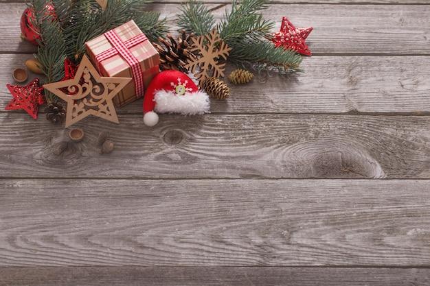 古い木製の背景上のクリスマスの組成