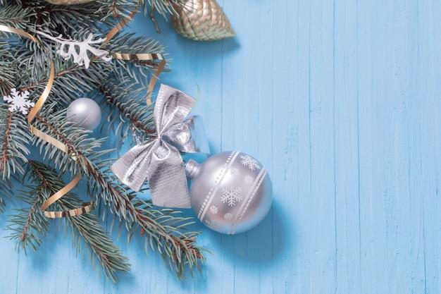 青い木製の背景上のクリスマスの装飾