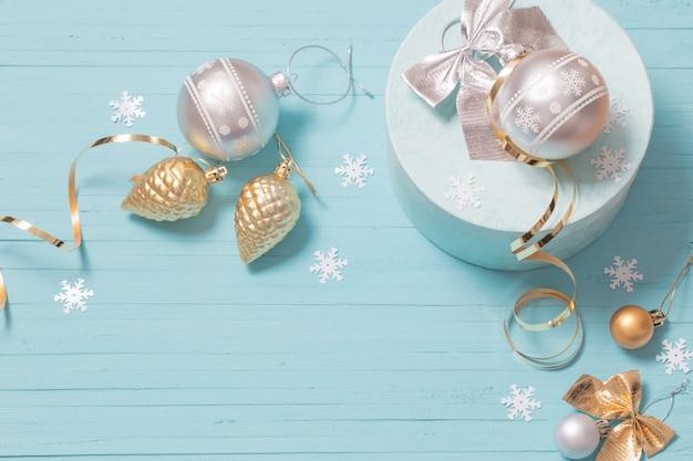 青い木製の背景のクリスマスの装飾