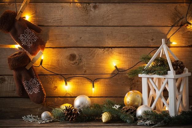 暗い古い木製の背景のクリスマスの装飾