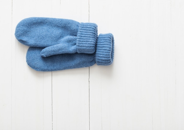 Синие варежки на белом фоне деревянные
