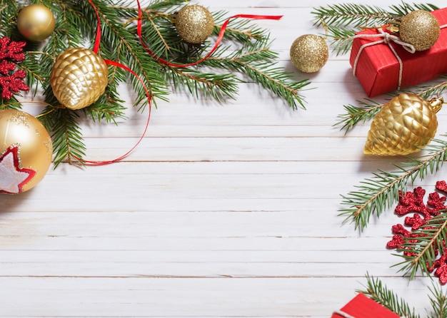白い木製の背景のクリスマスの装飾
