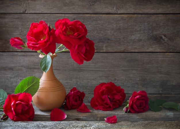 Красные розы на деревянный стол