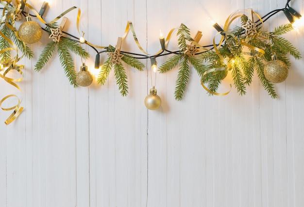 白い木製のテーブルのクリスマスの装飾