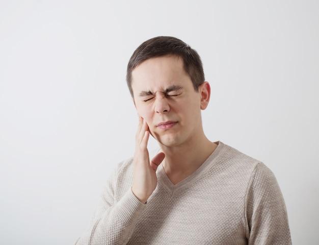 歯痛の若い男性