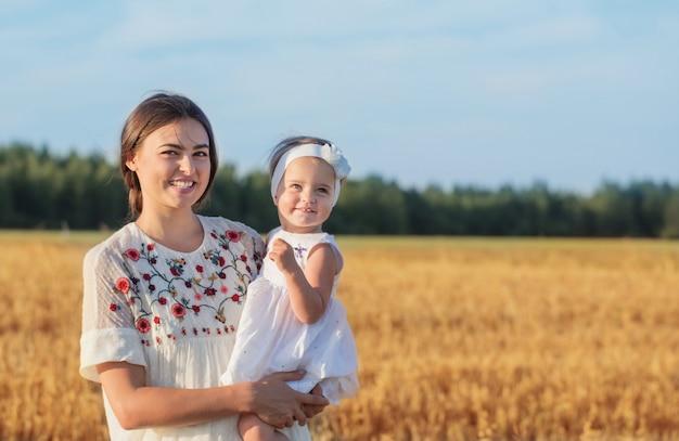 Мать и дочь в поле