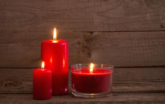暗い木製のテーブルに赤いキャンドル