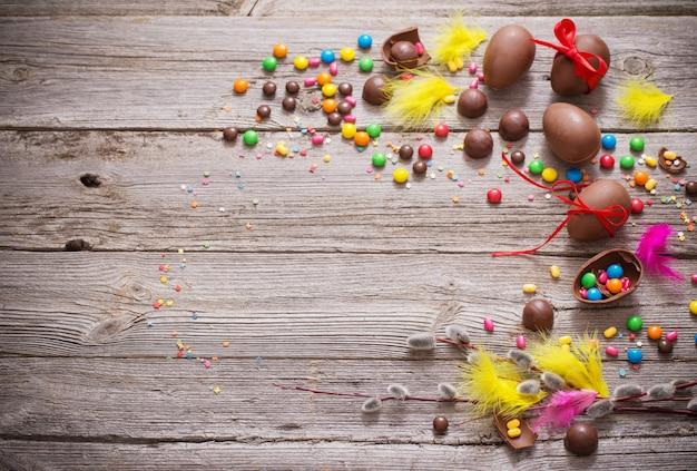 Шоколадные пасхальные яйца за деревянным столом