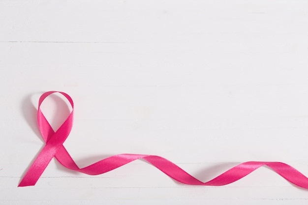 ヘルスケアおよび医学の概念。ピンク乳がん啓発リボン