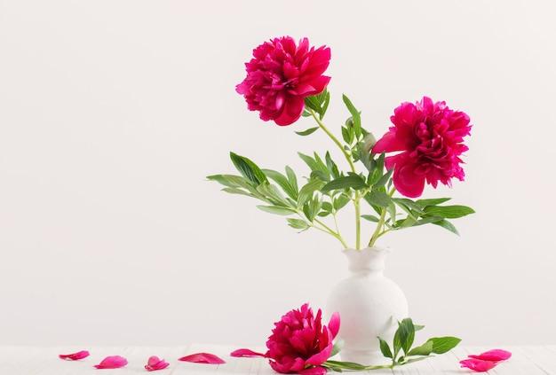 Красивые пионы в вазе