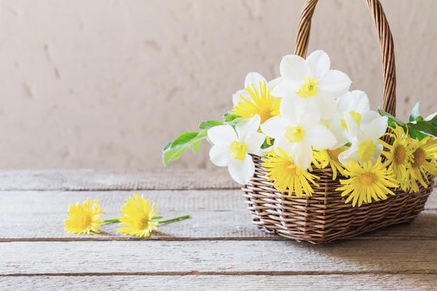 バスケットの白と黄色の花