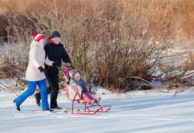 冬の公園で幸せな家族