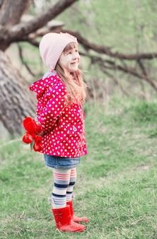 屋外のチューリップを持つ少女