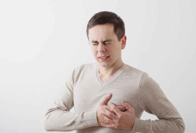 Человек с душевной болью на фоне белой стены