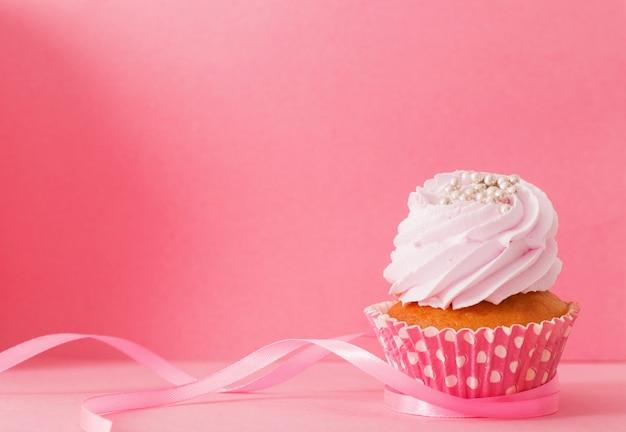 ピンクの背景のカップケーキ