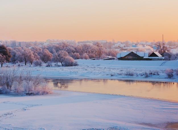 川のある美しい冬の風景
