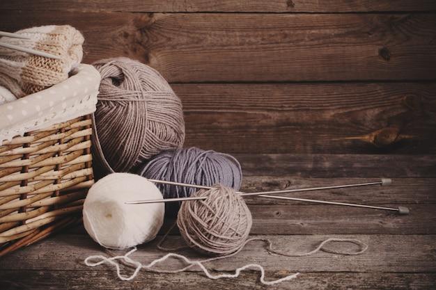 Вязание спицами и спицами на деревянной поверхности