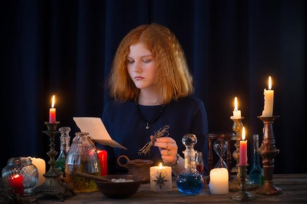 Молодая ведьма занимается колдовством