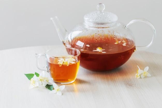 Жасминовый чай на столе