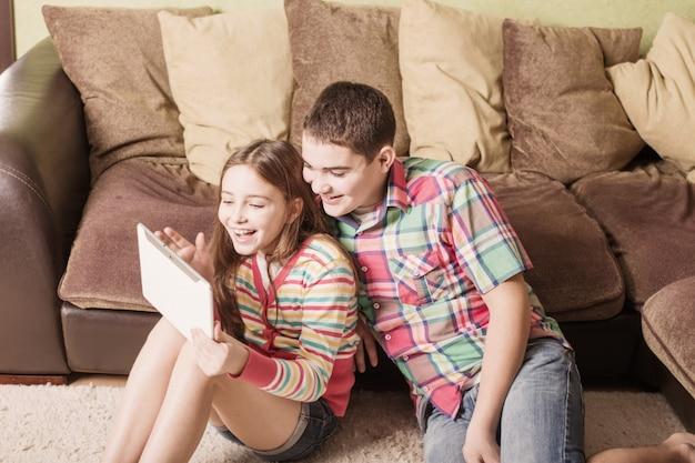 Подростки с помощью электронного планшета на дому