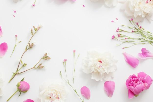 ホワイトペーパーの背景に夏の花