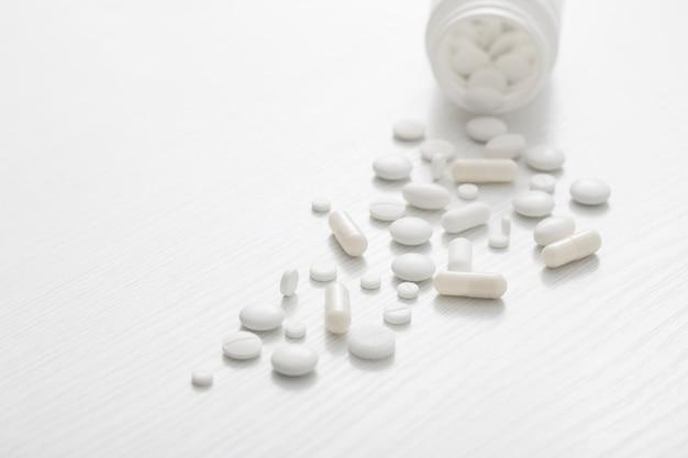 白い木製の背景に白い錠剤