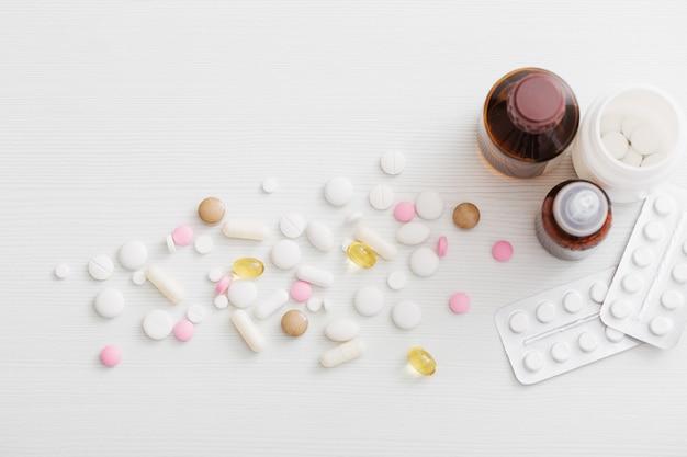 白い木製のテーブルの上の丸薬