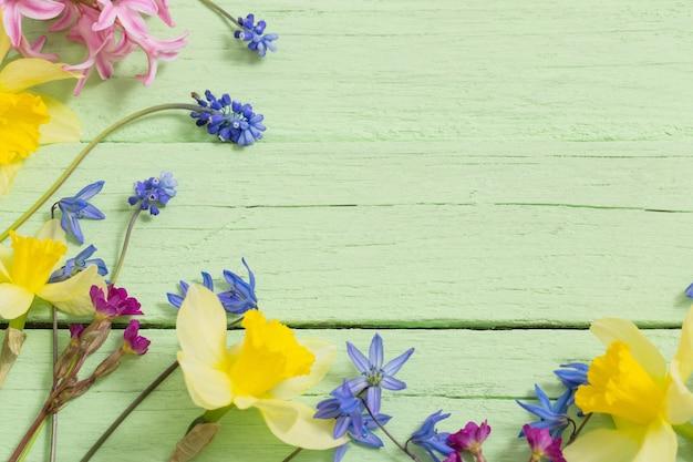 Цветы на зеленом деревянном фоне