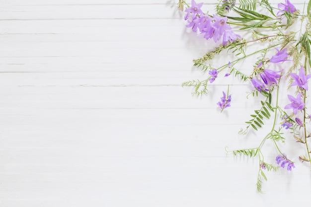 Колокольчик на белом фоне деревянные
