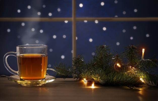 壁の夜の窓にお茶