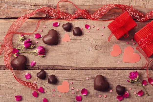 バレンタインギフトボックスと木の板に赤いハート