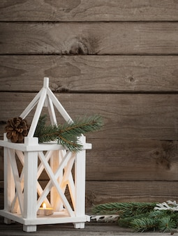 暗い古い木製の壁のクリスマスの装飾