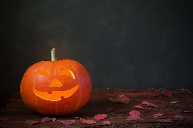 暗闇の中でハロウィンのカボチャ