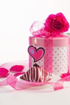 Кекс с горящей свечой и подарочной коробкой
