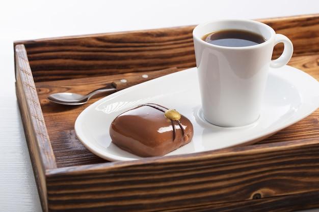 Белая чашка с кофе с шоколадным кексом