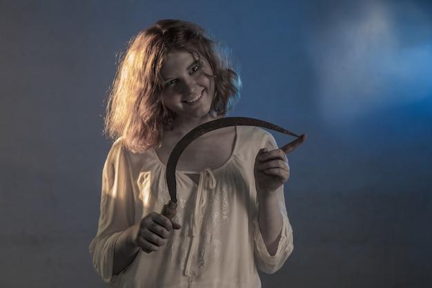 部屋のホラー映画から白いドレスで怖い女の子