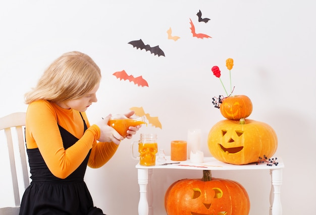 Девочка-подросток с украшениями на хэллоуин