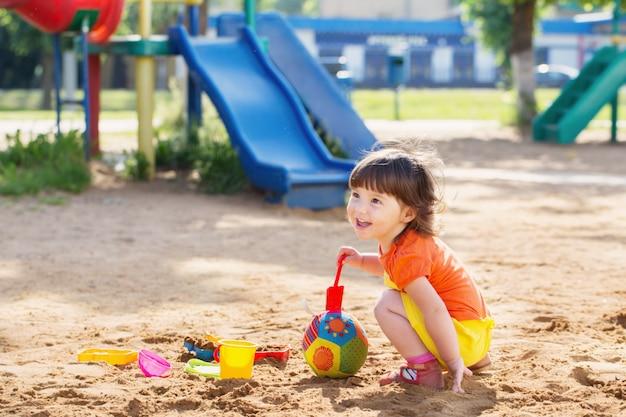 Счастливый ребенок на детской площадке