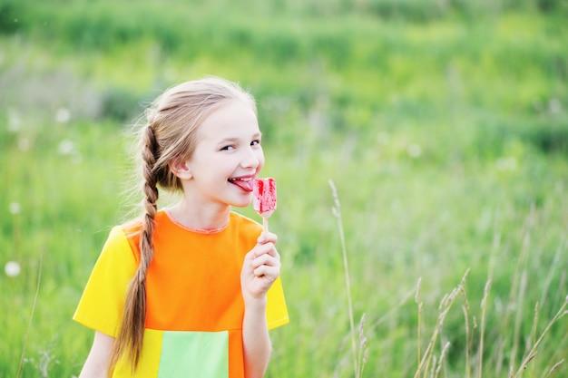 少女は夏にアイスクリームを食べる