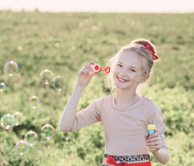 石鹸の泡で幸せな女の子