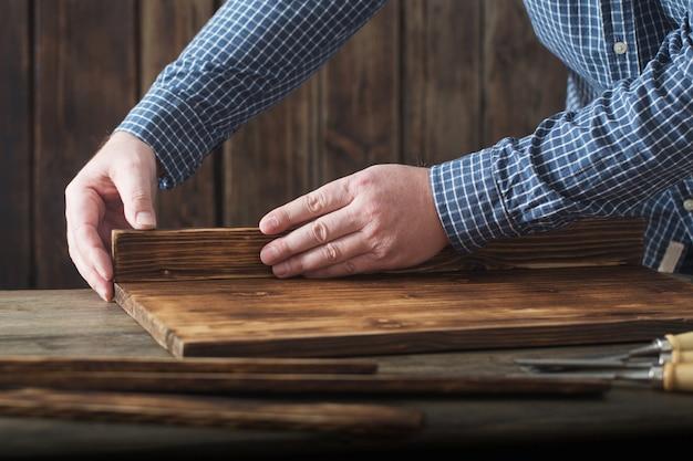 大工が木製の壁にツールを操作