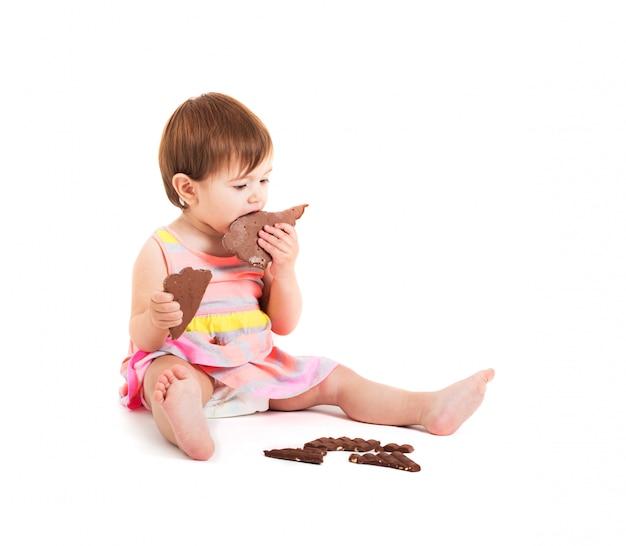 白で隔離されるチョコレートを持つ少女