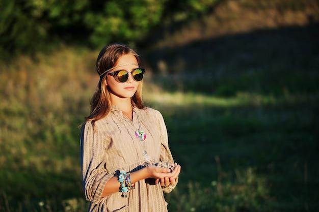 Портрет хиппи девушка в солнечных очках