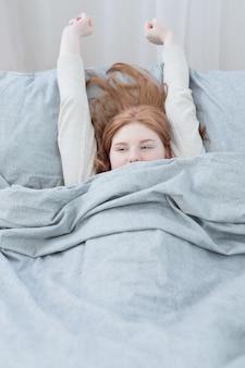 Смешная девочка-подросток на кровати