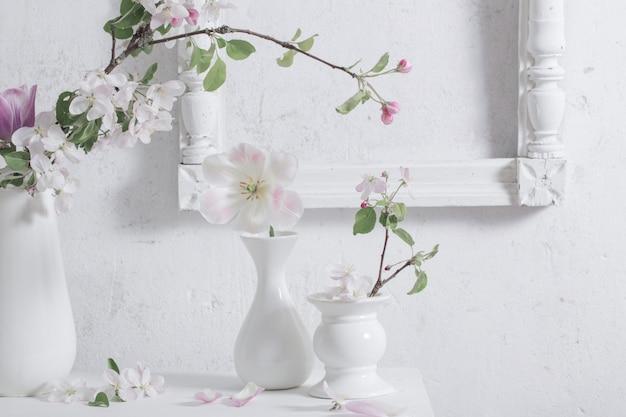 白い壁の壁に美しい春の花