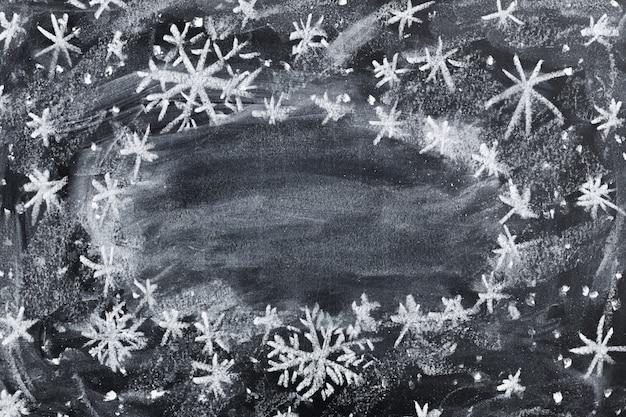 Рождественский детский рисунок мелом на черной доске