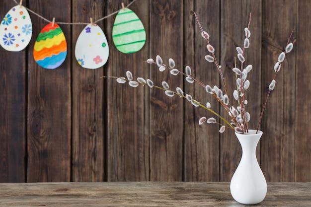 イースターは、枝柳と紙の卵を描いた