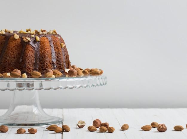Торт на белом столе